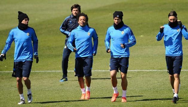 Pepe, Marcelo, Cristiano Ronaldo, Özil y Khedira, durante el entrenamiento de este lunes en Madrid