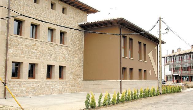 Los invitados ayer a la inauguración del Hotel Valdorba, durante las palabras de su director, Juan Campos