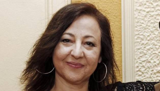 La actriz Carmen Machi posa junto al busto del tenor Julián Gayarre