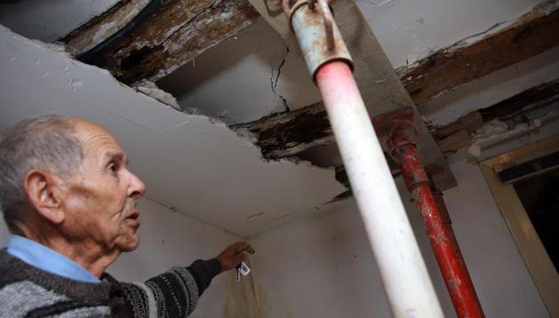 Federico Galindo muestra el efecto de las termitas en vigas de su casa en la calle Dombriz hace un año