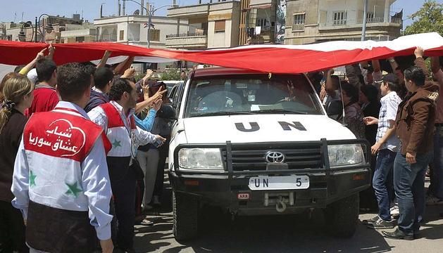 Habitantes de Homs recibiendo a los observadores de la ONU en esta ciuda de Siria