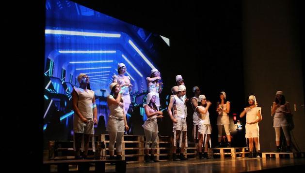 """Una escena de """"Un mundo feliz"""", representada por el Aula de Teatro Universitario de Ourense """"Maricastaña"""""""