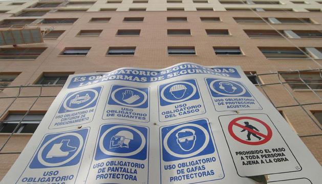Imagen de un cartel con normas de seguridad en una obra