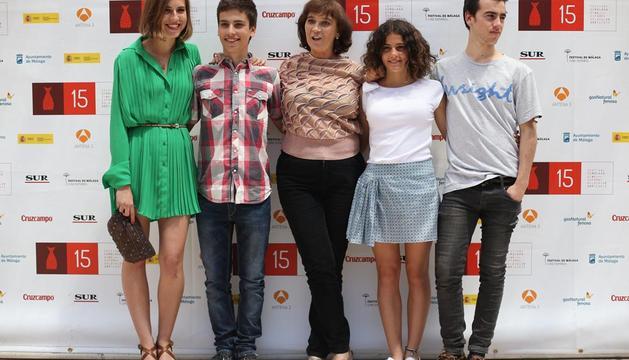La directora Patricia Ferreira (c) posa con los actores Aina Clonet (i), Albert Barós (2i), Marina Comas y Alex Monner, tras la presentación de la película