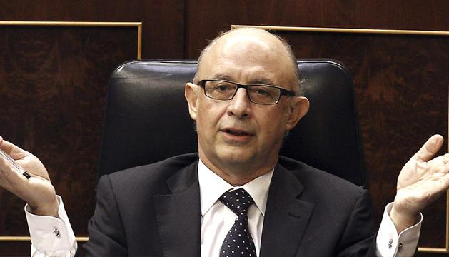 El ministro de Hacienda, Cristóbal Montoro, gesticula desde su escaño ante una de las intervenciones de la sesión de tarde del pleno del Congreso de los Diputados que debatió los PGE