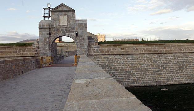 Murallas en la Ciudadela de Pamplona al atardecer