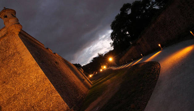 Imagen de las murallas de Pamplona iluminadas