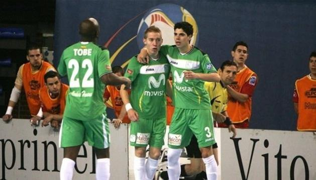 Imagen de la celebración de uno de los goles del Inter Movistar durante el partido ante el Triman