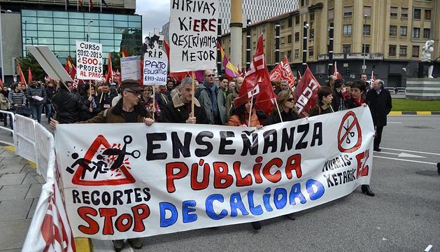 Marcha en Pamplona contra los recortes en materia de sanidad y educación llevados acabo  por el ejecutivo del PP