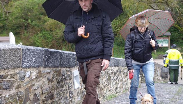 Las precipitaciones caídas en los últimos días han causado la crecida del río Esca y la consiguiente suspensión de la tradicional bajada de las almadías en la localidad de Burgui.