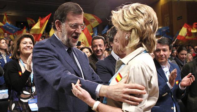 El presidente del Gobierno y líder del PP, Mariano Rajoy, y la recién reelegida la presidenta del partido en Madrid, Esperanza Aguirre, se abrazan durante el acto de clausura del XV Congreso regional del partido en Madrid