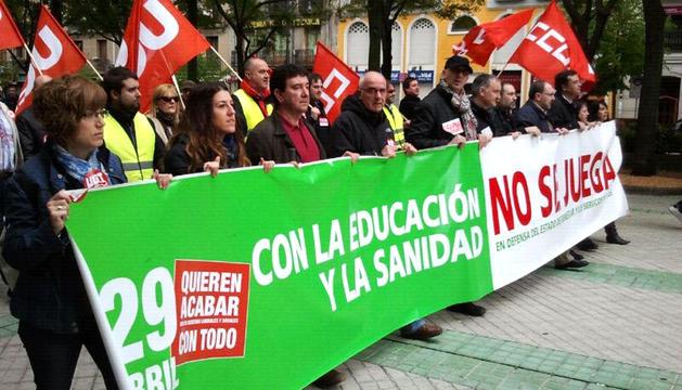 Cabecera de la manifestación convocada por los sindicatos UGT y CCOO en Pamplona contra los recortes en sanidad y educación