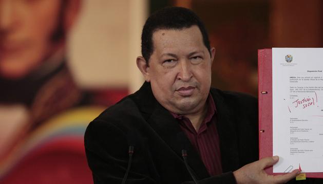 Fotografía cedida por Miraflores que muestra al presidente de Venezuela, Hugo Chávez, este lunes.
