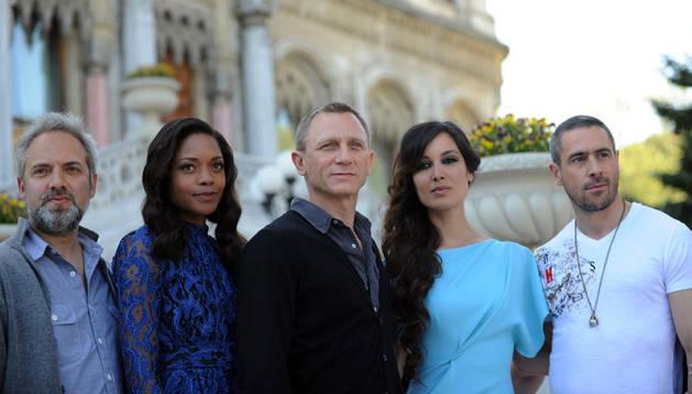 El director Sam Mendes (izquierda) acompaña al reparto de la nueva película de James Bond, Skyfall, presentada en Estambul, donde fue filmada.