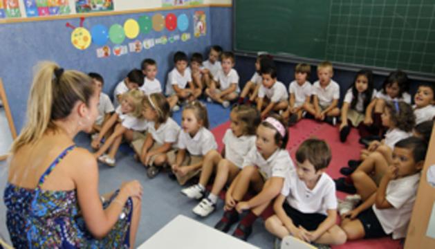 Alumnos de Educación Infantil de un colegio de Madrid, el pasado mes de septiembre, atienden a su profesora