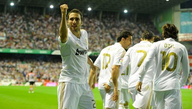 Higuain hace un gesto de victoria tras su gol ante el Athletic