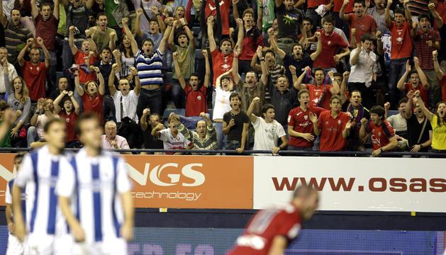 La grada del Reyno de Navarra celebra uno de los goles marcados por Osasuna a la Real Sociedad en el encuentro correspondiente a la temporada 2010/2011 que terminó con triunfo rojillo por 3-1