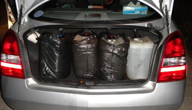 Imagen facilitada por la Guardia Civil de Navarra con el maletero del vehículo de la persona detenida en el que se hallaron cuatro garrafas con el gasoil sustraído