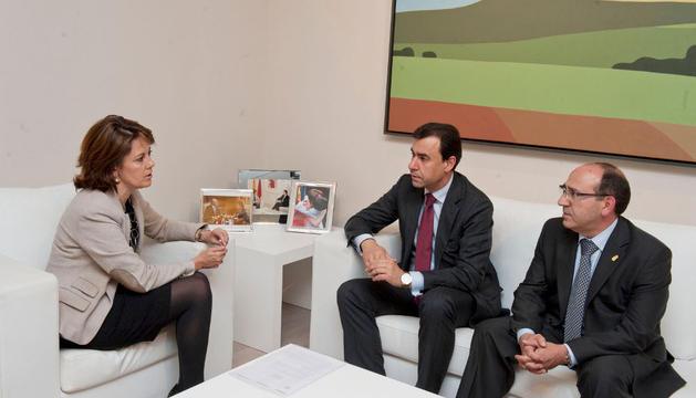 Yolanda Barcina con Fernando Martínez y Mariano Herrero