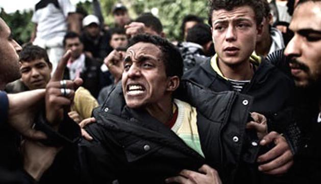 Al menos un muerto y más de 296 heridos es el saldo de los fuertes  enfrentamientos que se han registrado este viernes en las  inmediaciones de la sede del Ministerio de Defensa, ubicado en el  barrio capitalino de Abbasiya, entre manifestantes y las fuerzas de  seguridad egipcias, según ha confirmado el Ministerio de Sanidad de  Egipto. Otras fuentes sanitarias aumentan el balance de heridos a  373. Además, los Hermanos Musulmanes han condenado los disturbios y  la actuación de las fuerzas de seguridad. E.PRESS