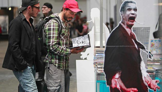 Uno de los visitantes ojean un cómic en la XXX edición del Salón del Cómic de Barcelona
