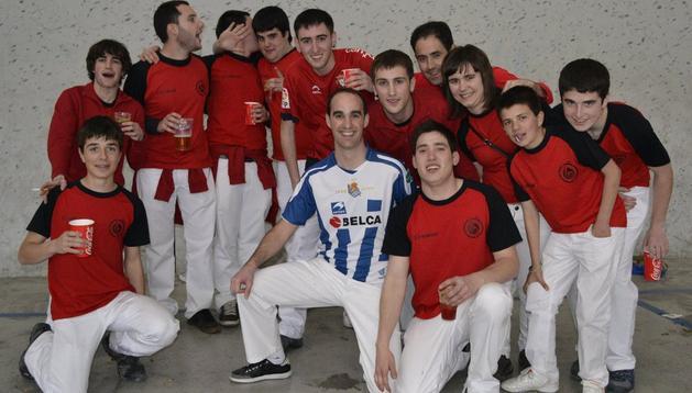 Un grupo de aficionados de Osasuna, con un infiltrado de la Real, durante la celebración del Día de las Peñas Osasunistas en el frontón de Cordovilla