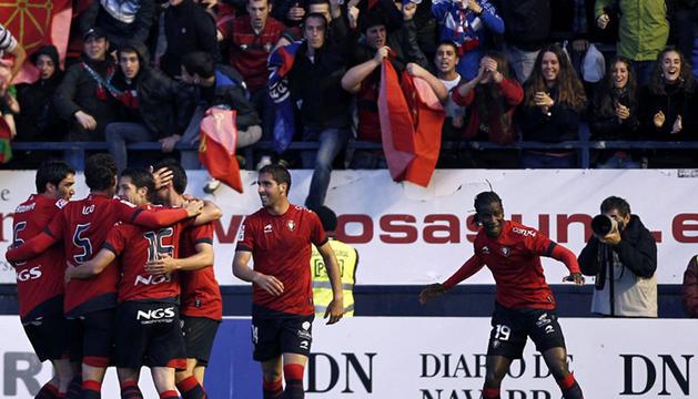 El delantero senegalés de Osasuna Ibrahima Balde (d) celebra el gol conseguido ante la Real Sociedad en el Reyno.