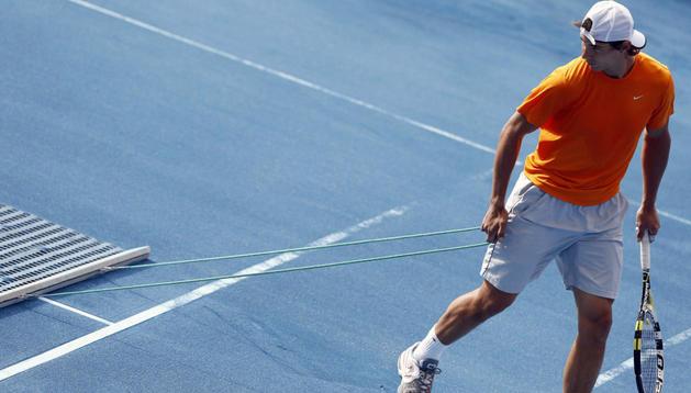 Rafael Nadal, durante un entrenamiento sobre una de las pistas azules de la Caja Mágica, en Madrid