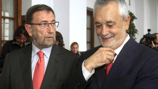 El presidente del Parlamento de Andalucía, Manuel Gracia, a la izda., y el de Junta de Andalucía, José Antonio Griñán, tras su toma de posesión ocmo presidente