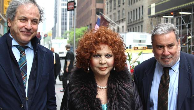 La actriz española Sara Montiel camina junto al cónsul de Cultura de España en Nueva York, Iñigo Ramírez (i) y el director del instituto Cervantes en esa ciudada, Javier Rioyo (d)