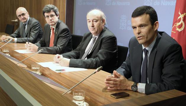 Alberto Pascual (secretario general Caja Navarra), el consejero José Iribas, Marino Barasoáin (director del servicio de FP) y Eugenio Arraiza (presidente de la Fundación Diario de Navarra).