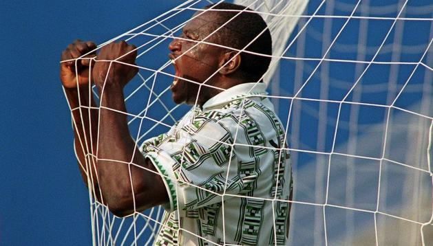 Yekini, en su famosa celebración de uno de sus goles en el Mundial de Estados Unidos