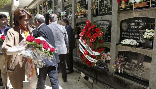 Yolanda Barcina, durante el homenaje que el Ayuntamiento de Pamplona ha realizado en el cementerio de San José al concejal de UPN Tomás Caballero.