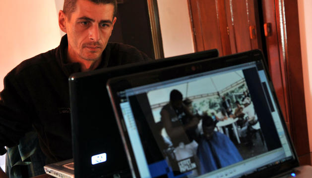 Un periodista ve en el ordenador el vídeo difundido por las FARC.