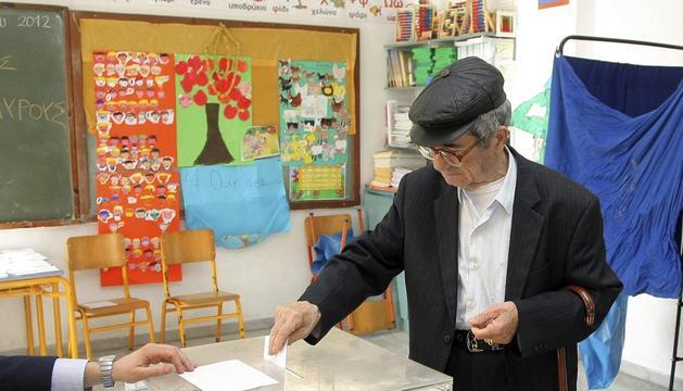 Un anciano ejerce su derecho al voto en un colegio electoral en Heraklion