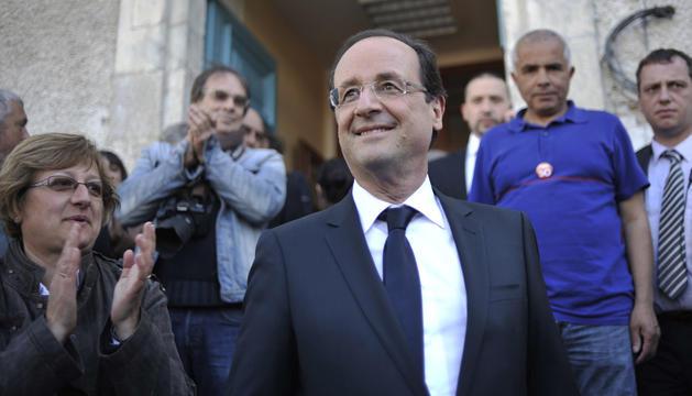 El socialista Hollande saliendo de votar.