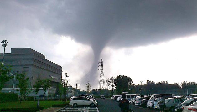 Un tornado curza una ciudad al noreste de Tokyo