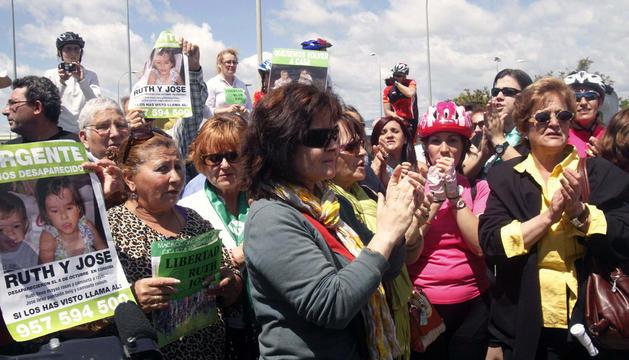 La madre de los dos niños desaparecidos en Córdoba hace siete meses, Ruth Ortiz (c), durante la concentración en la puerta del Centro Penitenciario de Alcolea (Córdoba).