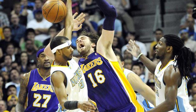 Pau Gasol, de Los Ángeles Lakers, lucha un rebote con Corey Brewer (izda.) y Kenneth Faried (dcha.) de los Denver Nuggets