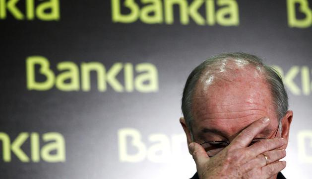 El expresidente de Bankia, Rodrigo Rato, gesticula durante la rueda de prensa en la que anunció que abandonaba el cargo al frente de la entidad financiera