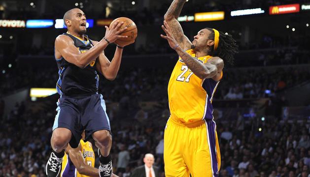 El jugador de Nuggets Arron Afflalo (izda.) se eleva para lanzar a canasta ante el marcaje de Jordan Hill (dcha.), de Lakers