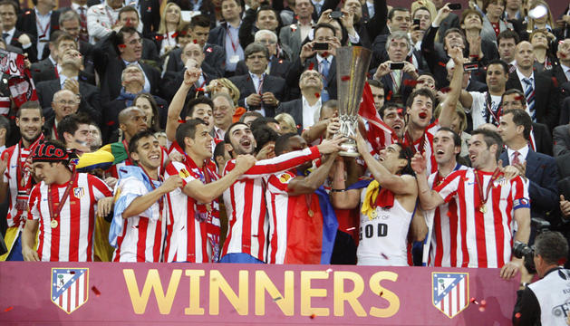 Los jugadores del At. de Madrid, recogen la copa que les acredita como campeones de la Liga Europa, tras derrotar al Ath. de Bilbao.
