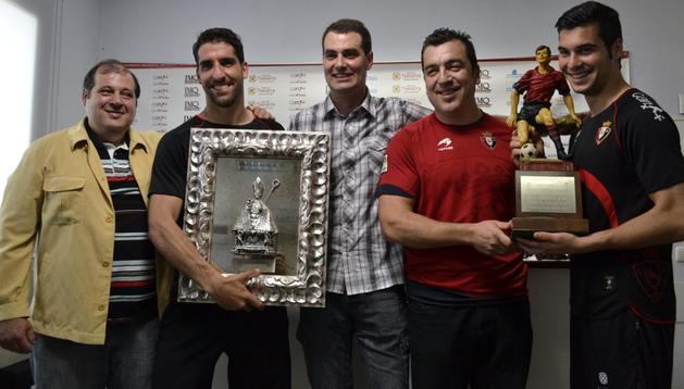 Chema Garrido, Raúl García, Germán Urabayen, Txus Marcos y Andrés Fernández posan tras la entrega de los dos trofeos a los jugadores rojillos