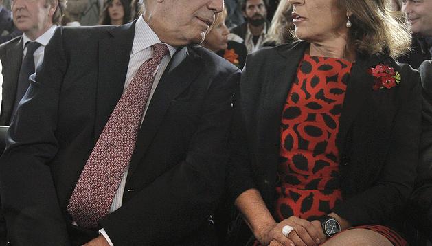 El premio nobel de literatura Mario Vargas Llosa y la alcaldesa de Madrid, Ana Botella, durante la inauguración del