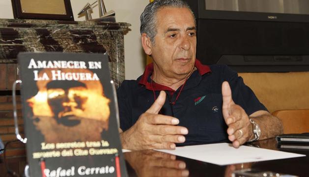 El escritor Rafael Cerrato durante la presentación de su libro