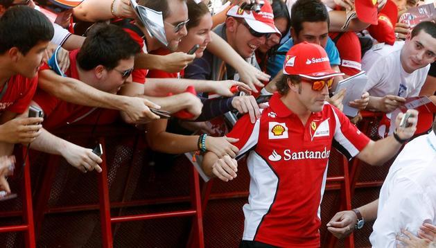 Fernando Alonso atiende a los numerosos fans que este fin de semana se darán cita en Montmeló para asistir al Gran Premio de España de Fórmula Uno