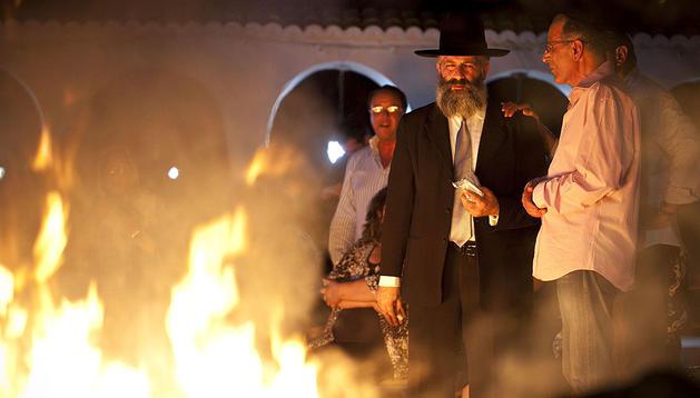 Varios fieles rezan y lanzan velas sobre la tumba del famosos santo judío Rabi Amrán Ben Diwan