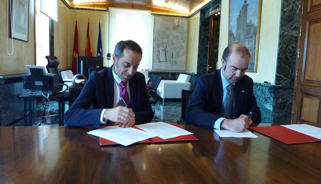El consejero Sánchez de Muniáin y el presidente de Cruz Roja, Jaoquín Mencos, firman el convenio para la atención a jóvenes inmigrantes.
