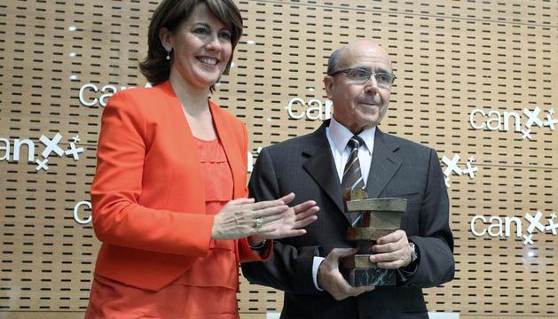 Manuel Torres, de 73 años, recibe el I Premio al Emprendimiento de manos de la presidenta del Gobierno, Yolanda Barcina.