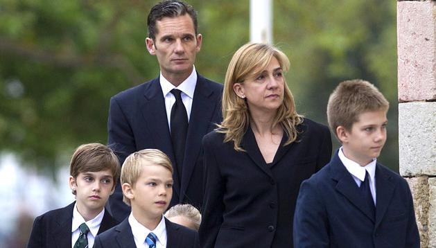 La Infanta y sus hijos en el funeral del padre de Urdangarín